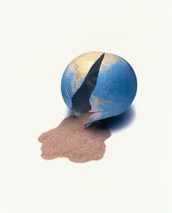 割れた地球儀の中からこぼれた砂のイラスト素材 [FYI03831765]