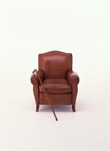 革張りのソファ1脚とつえ1本(茶色)の写真素材 [FYI03831770]