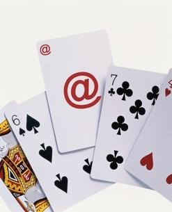 4枚のトランプと1枚のアットマークのカードの写真素材 [FYI03831773]