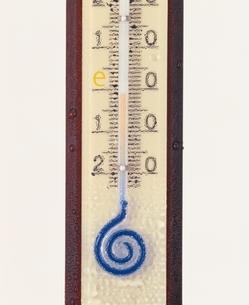 e度をさした温度計のアップの写真素材 [FYI03831776]