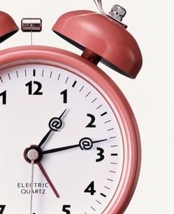 針がアットマークの目覚まし時計 アップの写真素材 [FYI03831777]