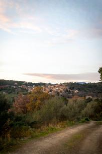 夕焼けに照らし出されるヨーロッパの小さな村の写真素材 [FYI03831837]