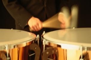 楽器をたたく男性の手の写真素材 [FYI03831864]