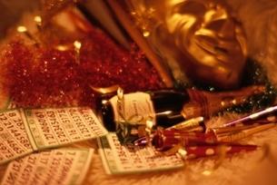 クリスマスパーティグッズとシャンペンの写真素材 [FYI03831904]