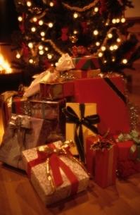 暖炉の部屋のクリスマスツリーとプレゼントの写真素材 [FYI03831907]