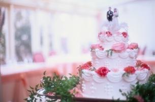 カップルの人形の載ったウエディングケーキ(白)の写真素材 [FYI03831929]