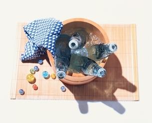 桶の中のラムネとビー玉の写真素材 [FYI03831933]