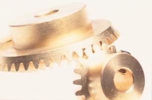歯車のアップ(金色)の写真素材 [FYI03831998]