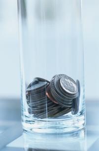 ガラスのコップの中の硬貨の写真素材 [FYI03832003]