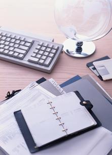 机の上の手帳と地球儀とキーボードの写真素材 [FYI03832043]