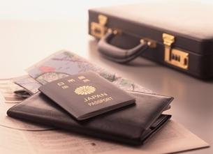 パスポートと財布とスーツケースの写真素材 [FYI03832044]