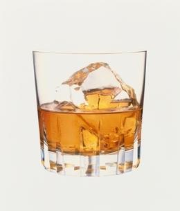 1杯のウィスキーの入ったグラスの写真素材 [FYI03832053]