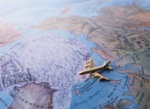 地図の上の1機の飛行機模型の写真素材 [FYI03832057]