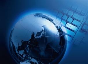 地球儀とキーボードのコラージュ(青)の写真素材 [FYI03832069]