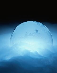 発光する青い地球儀の写真素材 [FYI03832075]