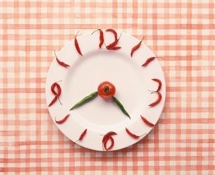 お皿の上に野菜で時計の写真素材 [FYI03832084]