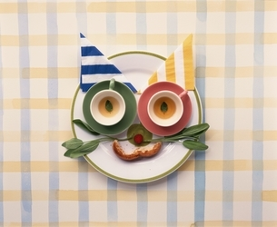 お皿の上に野菜・果物で顔イメージの写真素材 [FYI03832090]