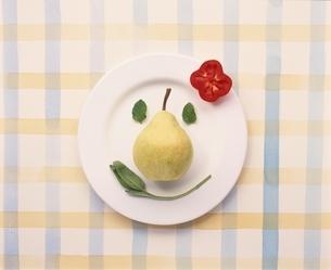 お皿の上に野菜・果物で顔イメージの写真素材 [FYI03832092]