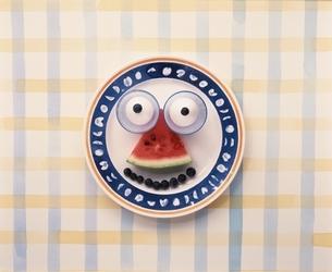 お皿の上に野菜・果物で顔イメージの写真素材 [FYI03832097]