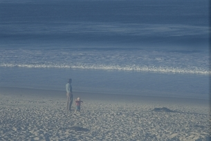 海岸に父子 カーメル カリフォルニア州の写真素材 [FYI03832104]