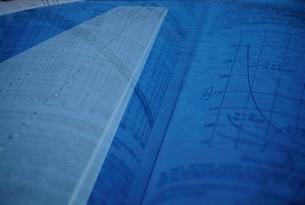 グラフと建物のコラージュ(青)の写真素材 [FYI03832214]