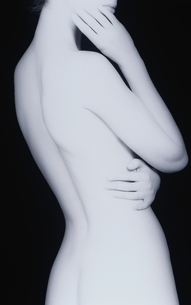 女性の後姿のヌード(B&W)の写真素材 [FYI03832346]