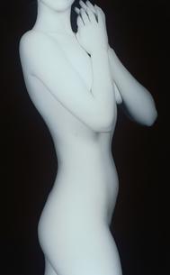 女性の横向きのヌード(B&W)の写真素材 [FYI03832347]