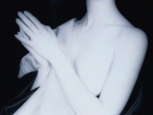 胸に布をかけた女性の上半身のヌード(B&W)の写真素材 [FYI03832353]