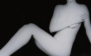 手で胸を隠して座る女性のヌード(B&W)の写真素材 [FYI03832356]