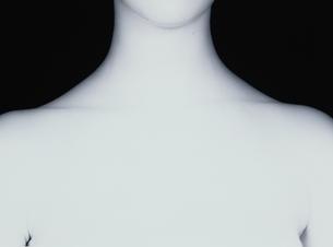 女性の鎖骨付近(B&W)の写真素材 [FYI03832357]