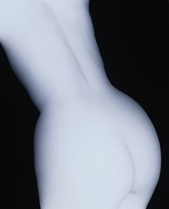 女性の後姿ヌード(B&W)の写真素材 [FYI03832358]