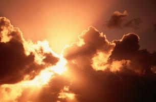 雲の切れ間からさす光芒の写真素材 [FYI03832363]