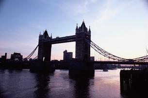 タワーブリッジのシルエット ロンドン イギリスの写真素材 [FYI03832366]