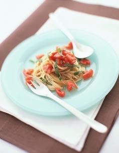 トマトとバジルのカッペリーニの写真素材 [FYI03832477]