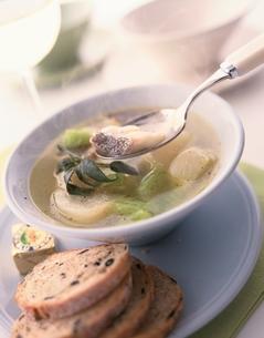 タラとカブのスープ(セージ)の写真素材 [FYI03832480]