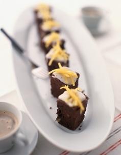 アイシングの上にオレンジピールをのせたチョコレートケーキの写真素材 [FYI03832482]