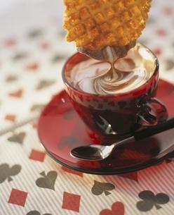 チョコレートドリンクのクリームに浸すワッフルの写真素材 [FYI03832494]