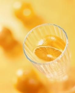 ジュースグラスと半切りオレンジの写真素材 [FYI03832589]