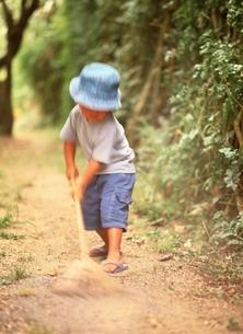 庭掃除をする子供の写真素材 [FYI03832675]