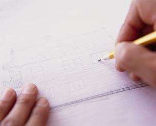 鉛筆でイラストを描く手元の写真素材 [FYI03832689]