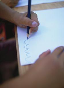 線を描く子供の手の写真素材 [FYI03832701]