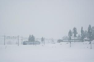 JR上越線と冬景色の写真素材 [FYI03832960]