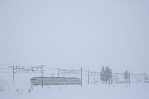 JR上越線と冬景色の写真素材 [FYI03832964]