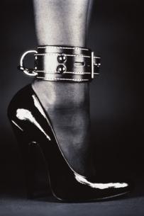 ボンデージファッションの女性の足の写真素材 [FYI03833225]