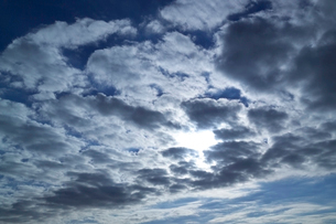 雲間の光と青空の朝の写真素材 [FYI03833237]