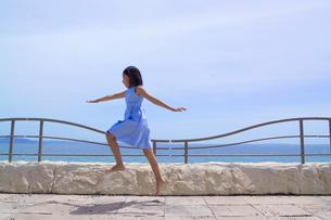 海岸線をスキップする女の子の写真素材 [FYI03833249]