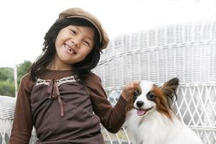 笑顔のハーフの少女と犬の写真素材 [FYI03833278]
