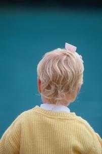 外国人の子供の後ろ姿の写真素材 [FYI03833312]