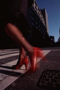 都会のビル風景と歩く女性のヒールの写真素材 [FYI03833313]