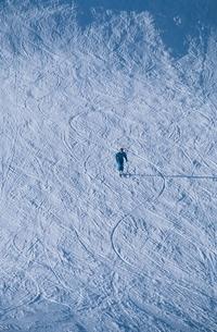シュプールを描きながらスキーをする人物の写真素材 [FYI03833314]